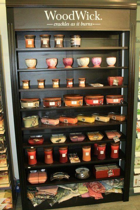 scaffale di candele profumate wood wick