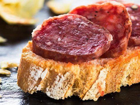 fette di salame su fetta di pane