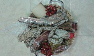 cesto con prosciutto, pancetta e salami