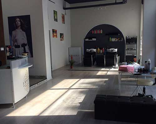 interno di un negozio di parrucchieri
