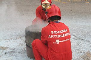 Esperti antincendio al lavoro