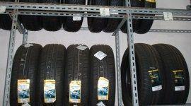 pneumatici da neve pronti per essere installati