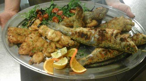 pesce fritto, insalata e pomodori