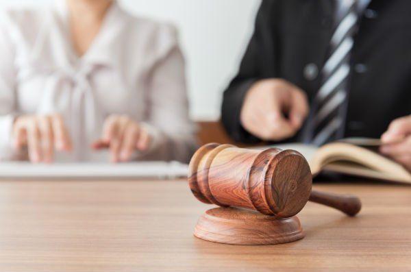 martello da giudice su un tavolo