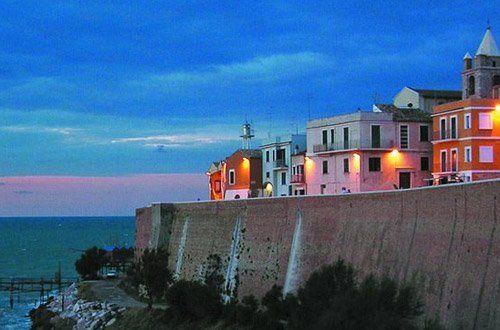 Panorama fronte mare con edifici illuminati
