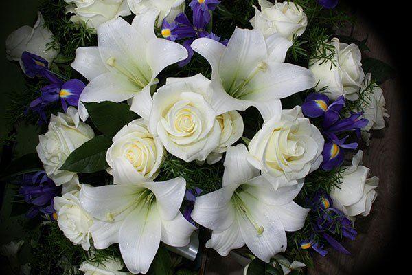 Bouquet di rose e gigli bianchi con giacinti lille