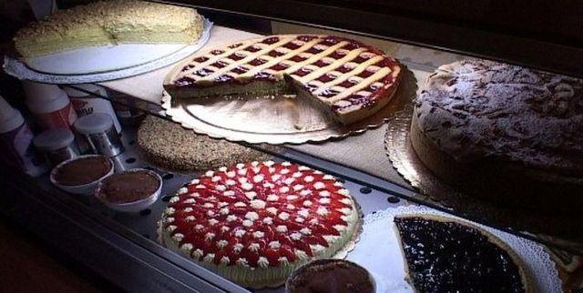 scelta di crostate e torte in vetrina