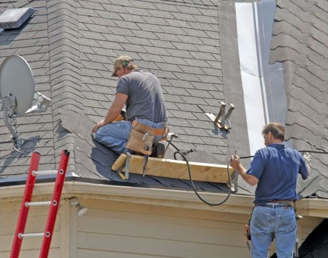 Roofer installing roofs in Lexington, KY
