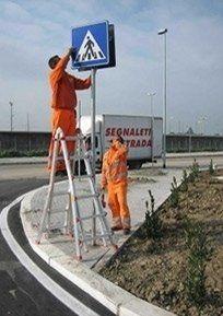 Montaggio segnaletica verticale