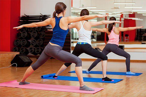 gruppo di donne che pratica corsi di yoga