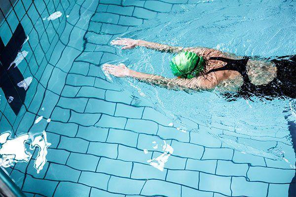 donna nuota in piscina
