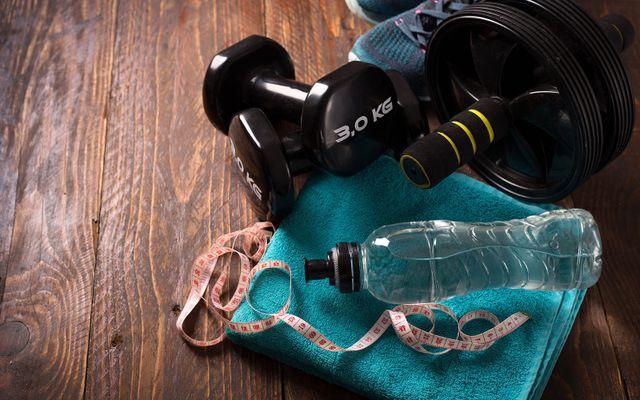 concetto di fitness con manubri, rullo e acqua
