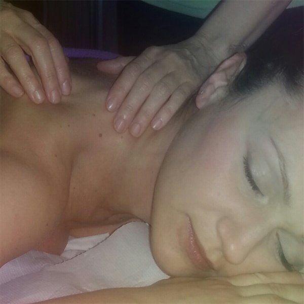 massaggio decontratturante sulle spalle di una donna