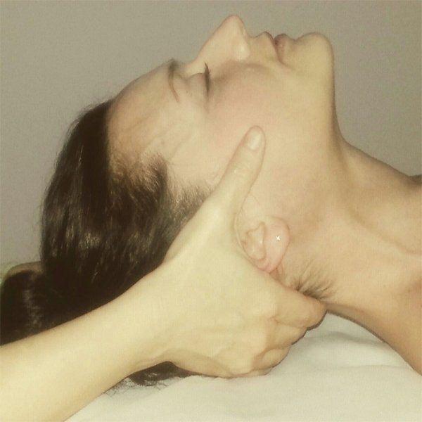mani che massaggiano il collo di una donna