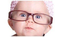 neonato con cuffia e occhiali da vista