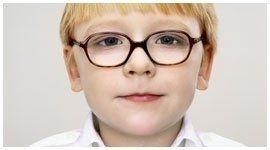 vista frontale di un bambino biondo con occhiali da vista