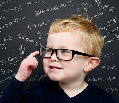 bambino con capelli biondi e occhiali da vista
