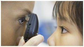 controllo della vista a un bambino