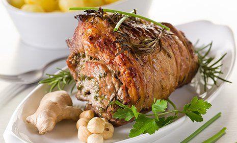 Un arrosto di carne decorato con erbe, ceci e zenzero