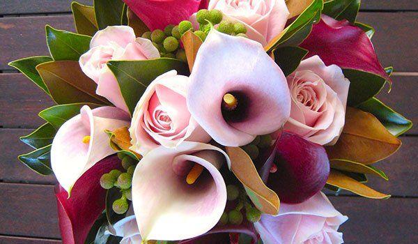 bouquet di fiori rosa con foglie verdi e gialle a Brindisi