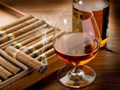 Coppa di brandy e un buon sigaro acceso