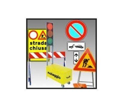 dei cartelli di lavori in corso, strada chiusa e altro