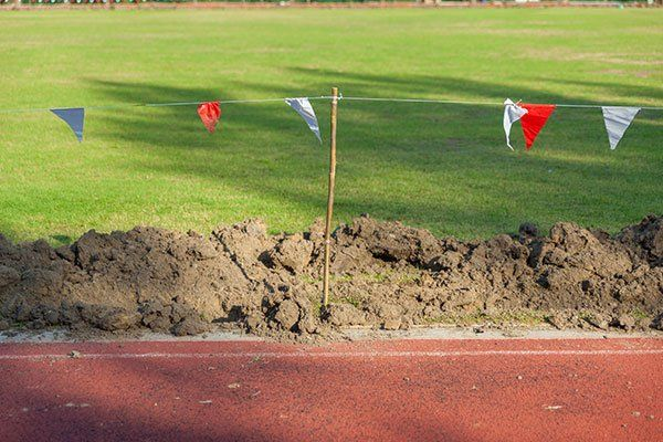 Mucchi di terra insieme alla pista