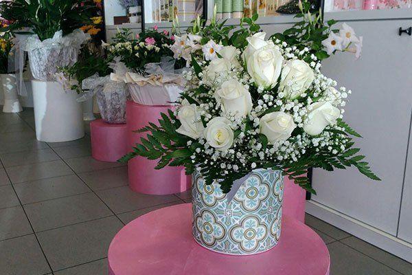 vasi di fiori su tavolini