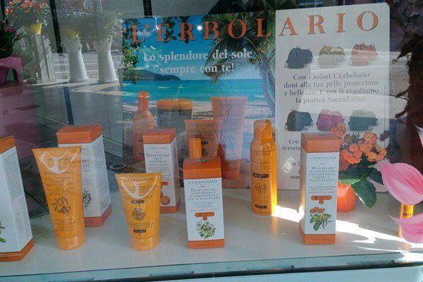 vetrina con prodotti cosmetici