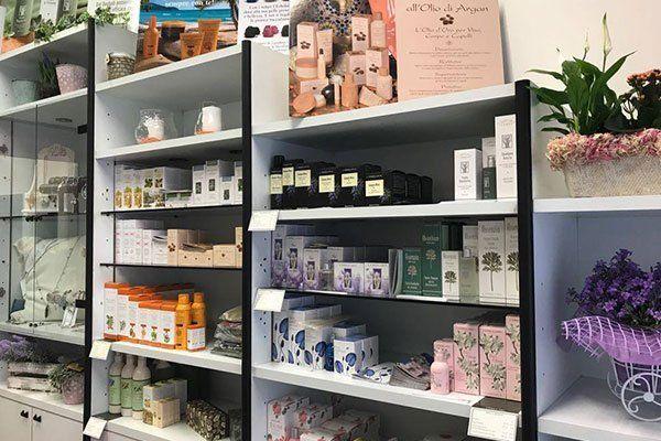 scaffali con esposizione di prodotti cosmetici e piante