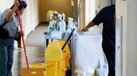personale durante una pulizia in un corridoio