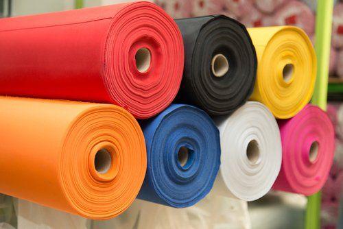 rotoli di tessuti colorati