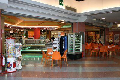 gelateria, bar con tavoli, caffè