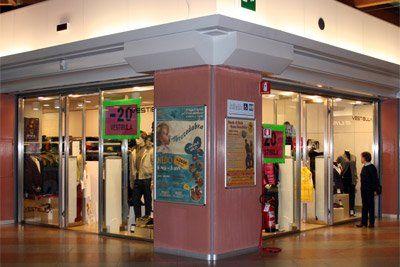 Il negozio Vestibula propone capi donna a prezzi speciali.