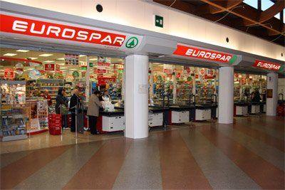 Il centro shopping offre un supermercato grande e fornito.