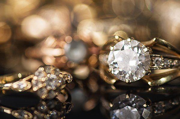Primo piano di anello d'oro con diamante