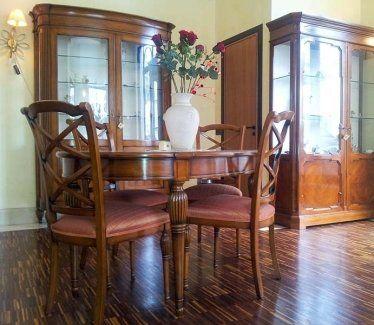 salotto arredato con tavolo sedie e mobili in legno