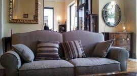 divano con quattro cuscini