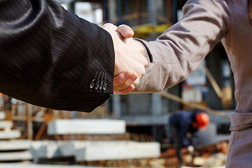 stretta di mano tra due colleghi