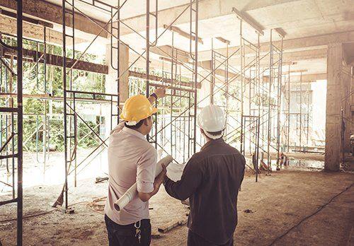 due esperti discutono in merito alla progettazione di un cantiere