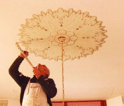 Imbianchino decora un soffitto