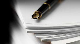 penna stilografica appoggiata su una pila di fogli