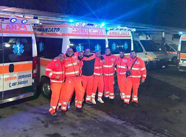 ambulanze parcheggiate e staff
