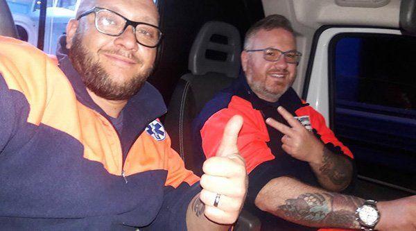 due uomini seduti in un ambulanza