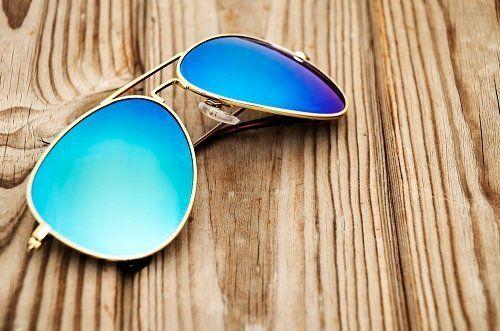 degli occhiali da sole con lenti azzurre