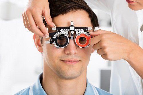 un ragazzo con degli occhiali per visita specialistica