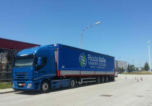 Camion della compagnia con il messaggio - riciclaggio ecologico-