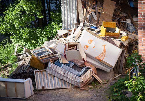 Montagna di spazzatura che viene raccolta e riciclata dopo il processo di separazione