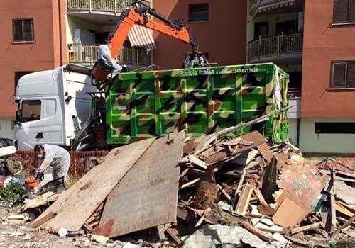 Camion de Ricicla Italia raccogliendo i resti di un demolizione