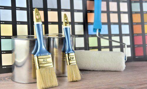 pennelli, rulli, colori e vernici per pitturare pareti
